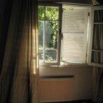 Radiador de la habitación justo debajo de la ventana, que no la tempera si a las 22hrs está abie