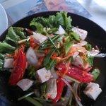 Salade pimentée avec du tofu, aroy mak mak