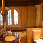 ванная с видом на озеро