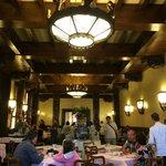 La salle du buffet de petit déjeuner qui se partage avec l'hôtel Atlantico
