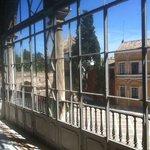 la vetrata al primo piano davanti alla collezione dei ventagli