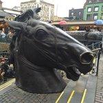 Una de las esculturas dedicadas a los caballos en el exterior