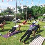 bahçede yoga keyfi