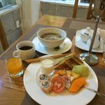 朝食1日目フォーと果物頂きました