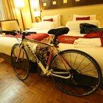 Ada tempat parkir sepeda khusus, di kamar masing-masing
