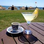 """Кофе и """"Маргарита"""" с видом на море вечером в Praga баре."""