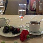 В день матери утром всех женщин ждал комплимент- гвоздика, шампанское и клубника в шоколаде