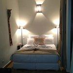chambre beige avec déco digne d'un grand hotel!