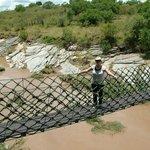 Hängebrücke vom Camp über Fluss