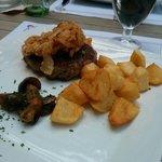 Segundo plato: Hamburguesa con patatas, champiñones y aros de cebolla