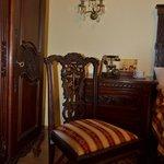 Красивая мебель ручной работы из красного дерева