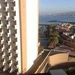 Вид на пляж с 9 этажа и на шумную улицу)