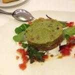 Tartar de atún con guacamole y kikos