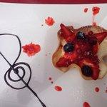 "En ""het"" toetje: la tulipe! Banketbakkersroom in lekkere dunne koek en vers rood fruit."