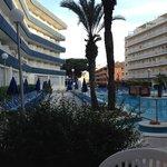 La piscine et les chambres (à gauche) de l'hôtel Aquarium