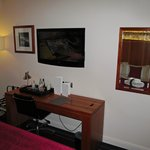 Apex European Hotel: room with desk/TV