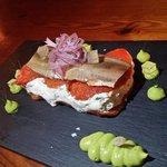 Terrina de tomate confitado, queso de crema y sardina ahumada.