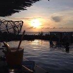 Vista do pôr do sol de dentro da piscina do hotel.