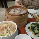 дим-самы, суп и овощной салат