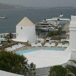 Temos a agradável visão da piscina, do mar cor de anil, dos iates... tudo que transmite prazer.
