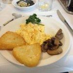 朝食。この他にソーセージ類やスモークサーモンもあります。満足。