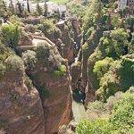 Ronda - utsikten fra broen og ned i kløften
