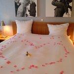 bed versierd met bloemblaadjes voor ons huwelijksjubileum