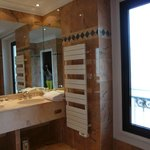 Ванная комната поражает своими размерами
