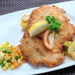 Schnitzel mit Erbsen Möhren Gemüse dazu Bratkartoffeln