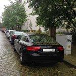 Парковка возле отеля, советую не парковаться под деревьями в мае, может полностью засыпать цветк
