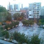 Vue sur la fontaine depuis une chambre à l'hôtel Aloft Brussels à admirer le soir !
