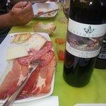 Formaggi e Salumi, con ottimo vino.