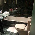 une salle de bains vraiment très petite. ..