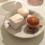 Pré dessert, maccaron au poivre de Sichuan, guimauve à la fleur d'oranger et financier.