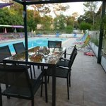 espace pique nique au bord de la piscine