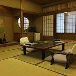 部屋はとても広く、写真の居間に、コタツ部屋、洋風のリビング付き。 The room is comfortable and enough space for family.