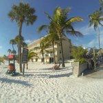 Foto vom strand aus direkt vor dem outigger ..rechts die tikibar
