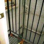 piso da varanda e vista para o poço interno