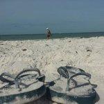 Meine flipflops im traumhaften weißen strandsand