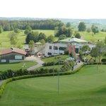 Blick vom Zimmer auf Golfplatz und Golfrestaurant