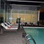Lounge e piscina à noite