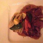 Cordero rostizado con verduras y puré de papa