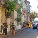 Calle colorida del barrio Getsemani