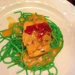 Bacalao sobre espaguetis verdes