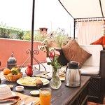 salon sur la terrasse du toit de Riad Mariana