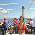 mia moglie a pranzo sulla terrazza sul mare del Ristorante da Emanuela
