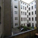 Zimmeraussicht im ersten Stock Richtung Hinterhof