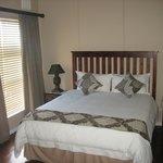 Apartment 7 Main bedroom with Queen size bed (En-suite)