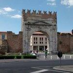 Arco romano e giardini