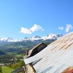 Vue au dessus de la maison vers les montagnes.